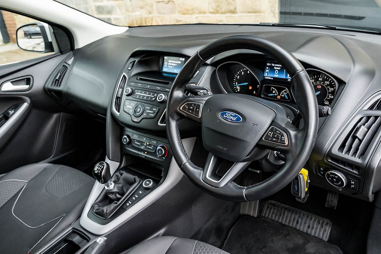2015 FORD Focus Zetec 1.0T 125PS EcoBoost - Picture 15 of 41